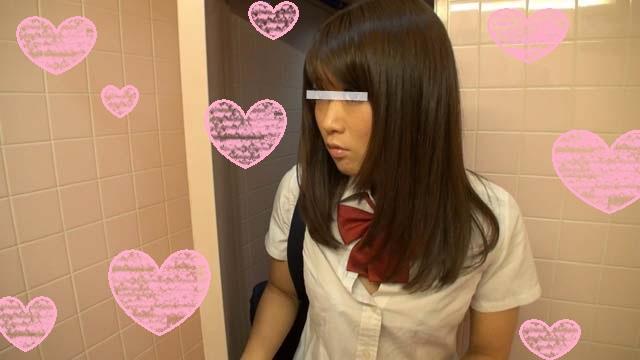 【個人撮影】ギャルみたいなノリの天真爛漫女子校生が公衆便所の個室でフェラチオ!