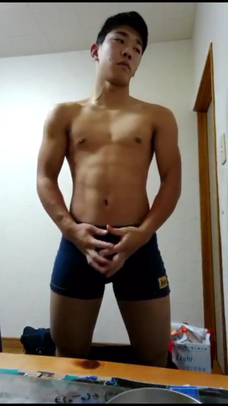 早稲〇大レスリング部が筋肉見せつけ射精